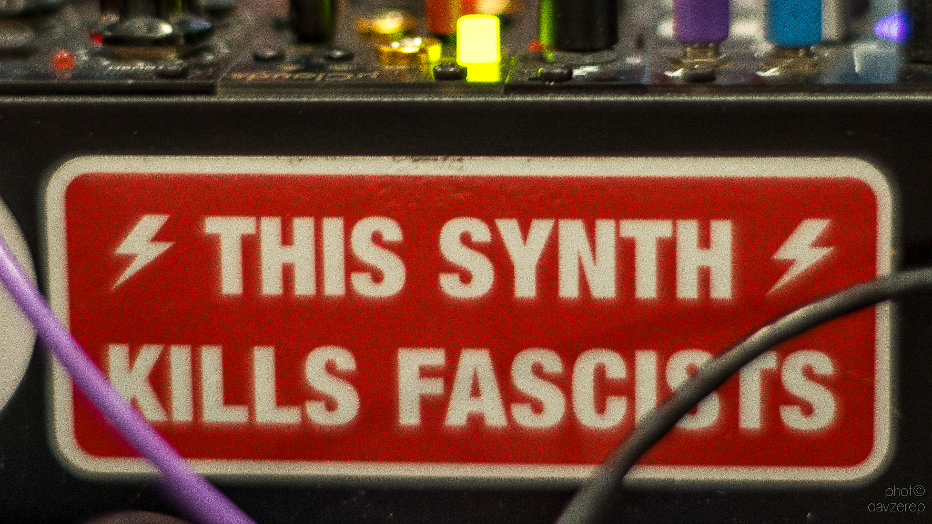 This Synth Kills Fascists - Ecléctica Noize Rules